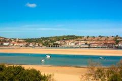 与小船的港口风景在西班牙 库存图片