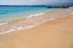 与小船的热带沙子海滩在背景中 免版税图库摄影