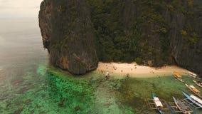 与小船的热带海滩,鸟瞰图 热带的海岛 股票视频