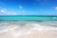与小船的热带海滩 免版税图库摄影