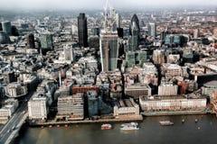 与小船的现代伦敦都市风景,伦敦,英国 库存照片