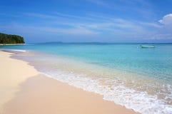 与小船的美丽的热带海滩 图库摄影