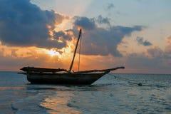 与小船的美好的热带日落 库存照片