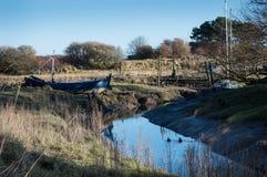 与小船的英国河岸 库存图片