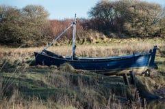 与小船的英国河岸 免版税库存图片