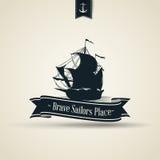 与小船的葡萄酒减速火箭的船舶徽章 免版税库存图片