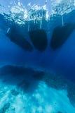 与小船的蓝色水中 库存图片