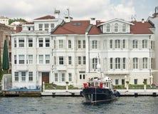 与小船的豪华水前面别墅 免版税库存照片