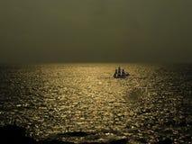与小船的金黄海水 库存照片