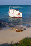 与小船的阿鲁巴海滩在日出 库存图片