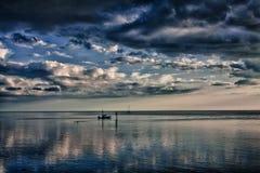 与小船的风雨如磐的海湾风景 免版税库存图片