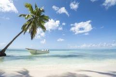 与小船的Idealic加勒比海岸线 免版税库存照片