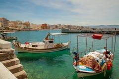 与小船的Loutraki海岸线 免版税图库摄影