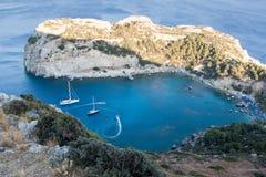与小船,希腊的罗得岛安东尼・昆因海湾 免版税库存照片