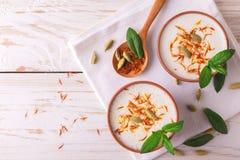 与小豆蔻、薄菏、香草和番红花的印地安lassi凝乳 库存图片