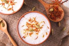 与小豆蔻、薄菏、香草和番红花的印地安lassi凝乳 免版税库存图片