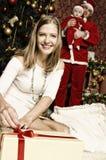 与小逗人喜爱的女婴的美丽的年轻家庭圣诞节的 库存照片