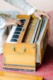 与小风琴的音乐娱乐在宗师Purnima期间 库存照片