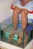 与小鱼的按摩 剥皮与鱼 享受医药做法的女孩 免版税库存照片