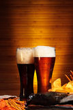 与小龙虾的淡和黑啤酒 图库摄影