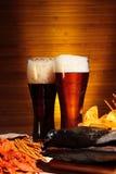 与小龙虾的淡和黑啤酒 库存图片