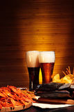 与小龙虾的黑暗和低度黄啤酒 库存照片