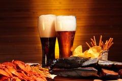 与小龙虾的黑暗和低度黄啤酒 免版税库存照片
