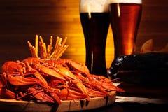 与小龙虾的黑暗和低度黄啤酒 免版税库存图片