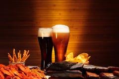 与小龙虾的黑暗和低度黄啤酒 免版税图库摄影