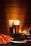 与小龙虾的黑暗和低度黄啤酒 图库摄影