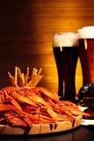 与小龙虾的黑暗和低度黄啤酒 库存图片