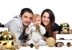 与小婴孩孩子和金冷杉球果和球的圣诞节家庭 图库摄影