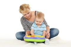 与小婴孩的母亲戏剧。 免版税库存图片