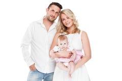 与小婴孩的美丽的年轻家庭 库存照片