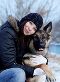 与少女的德国牧羊犬狗 可爱的纵向 免版税图库摄影