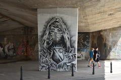 与少妇的Legia华沙橄榄球的街道画和标志棍打 库存图片