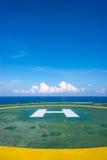 与少量的空的抽油装置停机坪覆盖和蓝天 免版税图库摄影