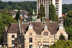 与尖顶的老历史大厦在苏黎世 免版税库存图片