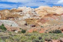 与层状沉积的五颜六色的被绘的岩石在Canyonland锡安布赖斯和恶鬼谷附近的中央犹他 库存照片