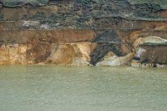 与层状海岸01的老凹下去的矿硅土沙子 免版税库存图片