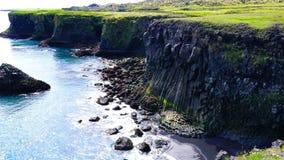与居住和飞行沿峭壁的海鸟的美好的冰岛风景 影视素材