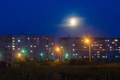 与居民住房的夜都市风景 免版税库存图片