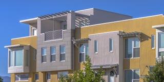 与屋顶平台的现代连栋房屋在破晓犹他 免版税库存图片