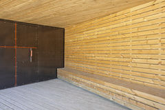 与屋顶的金属和木大厦入口 免版税库存图片