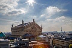 与屋顶的鸟瞰图在巴黎 歌剧Garnier大厦 图库摄影