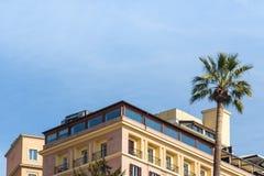 与屋顶露台的豪华公寓罗马意大利晴天蓝色的 免版税库存照片