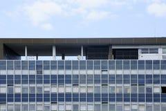 与屋顶风雨棚的办公楼 库存照片