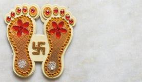 与屠妖节时髦的文本的印度神话女神Laxmi的脚印屠妖节庆祝的 库存图片