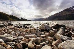 与山、岩石和小河的风景 免版税图库摄影