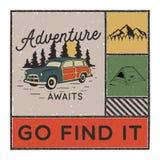 与山、帐篷、阵营汽车和行情的葡萄酒手拉的冒险海报-冒险等候去找它 ?? 向量例证